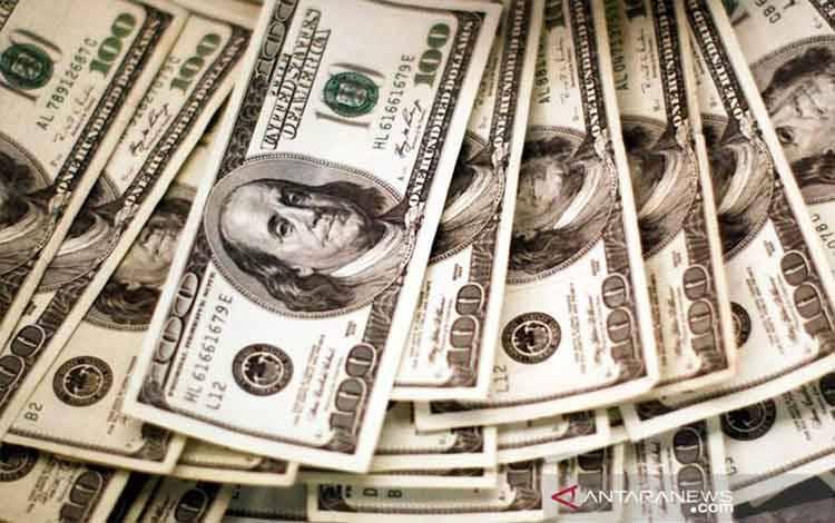 Dokumentasi - Dolar AS dihitung oleh seorang bankir di bank di Westminster, Colorado, Selasa (3/11/2009). ANTARA/REUTERS/Rick Wilking/am.