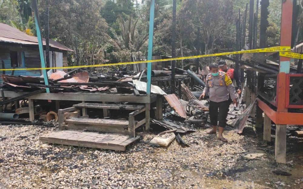 Polisi melakukan olah TKP penyerangan dan pembakaran rumah di Desa Tanjung Karitak, Kecamatan Sepang, Kabupaten Gunung Mas.