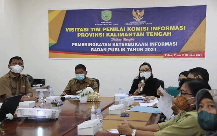 Sekda Pulpis menyambut Kedatangan Tim Penilai Keterbukaan Informasi Publik Komisi Informasi Provinsi Kalimantan Tengah di Pulang Pisau di ruang rapat bupati.
