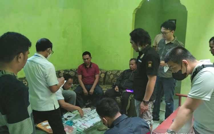 Petugas Polres Rejang Lebong memeriksa barang bukti ganja kering yang diduga milik mantan anggota Polri