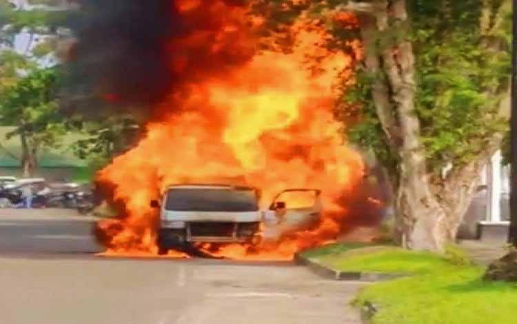 Satu unit mobil pikap hangus terbakar
