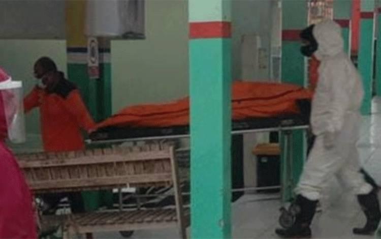 Jenazah kakek Juhriansyah (62) yang ditemukan meninggal di rumahnya, saat berada di Kamar Jenazah RSUD Sultan Imanuddin Pangkalan Bun.