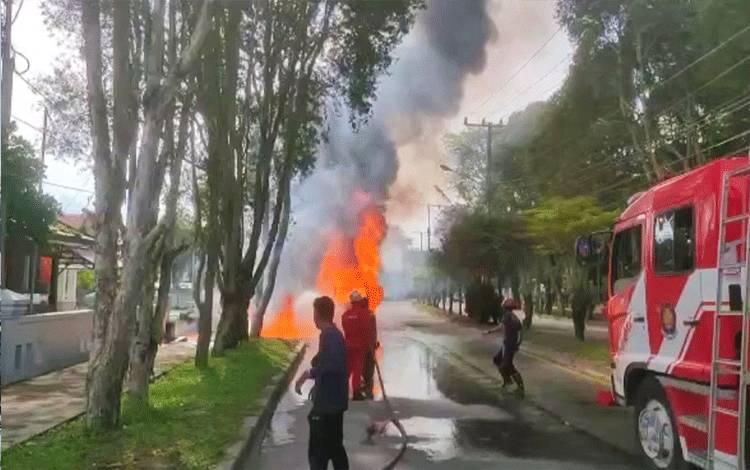 Insiden satu unit mobil pikap di Jalan Wiliam AS terbakar.
