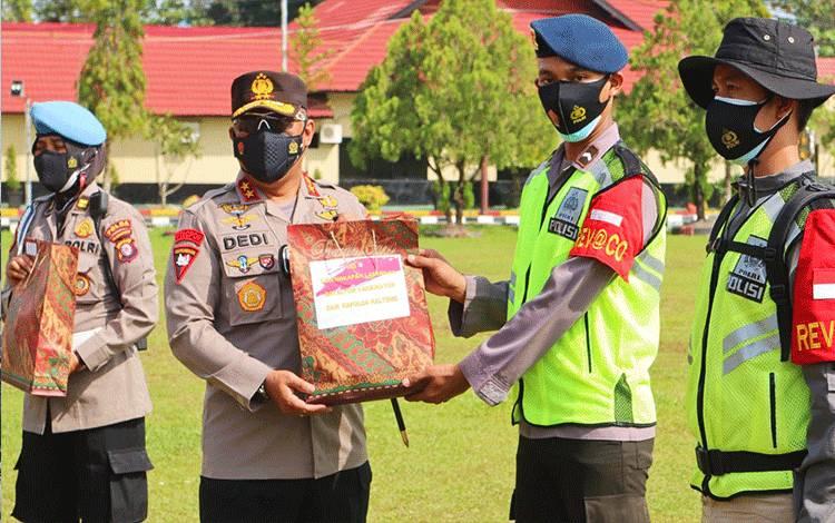 Kapolda Kalteng Irjen Pol Dedi Prasetyo saat menyerahkan perlengkapan penunjang bagi personel Batalyon Vaksinator COVID-19.