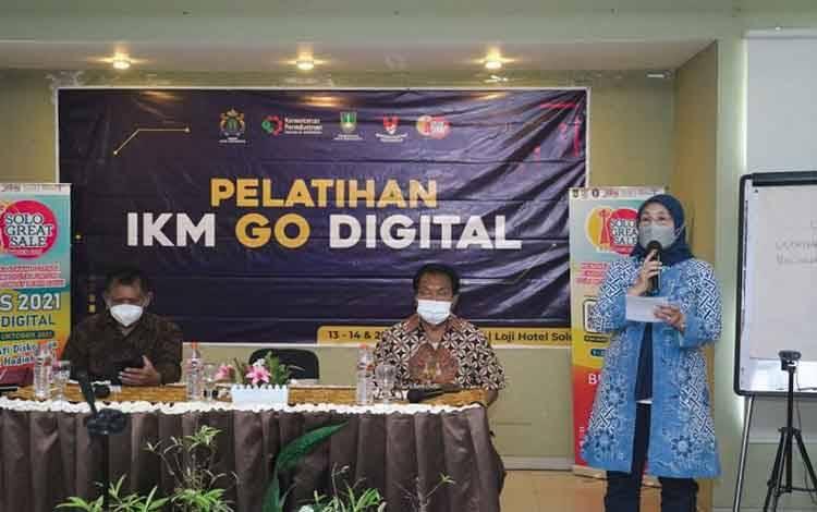 Plt. Direktur Jenderal Industri Kecil, Menengah dan Aneka (IKMA) Kementerian Perindustrian, Reni Yanita memberikan sambutan pada acara Pelatihan IKM Go Digital di Surakarta, Jawa Tengah. (ANTARA/HO/Kementerian Perindustrian)