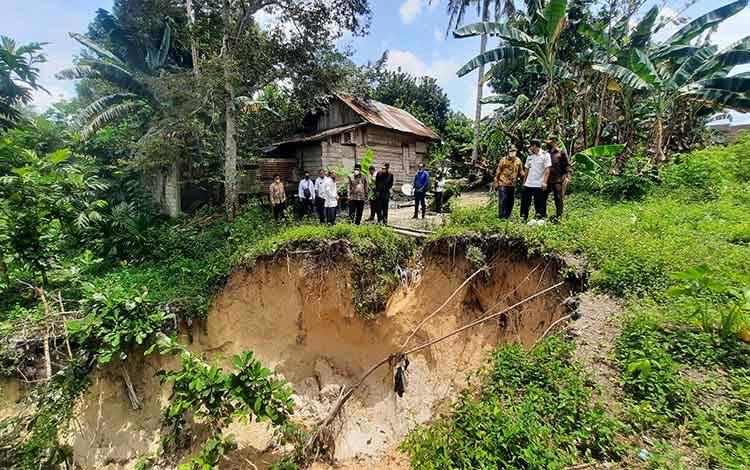 Tampak rumah warga berada dekat dengan lokasi longsor di RT 11, Kelurahan Sidorejo, Kecamatan Arut Selatan.