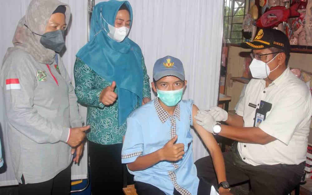 Ketua TP PKK Seruyan Ny Fauziah Yulhaidir saat meninjau kegiatan vaksinasi untuk pelajar.