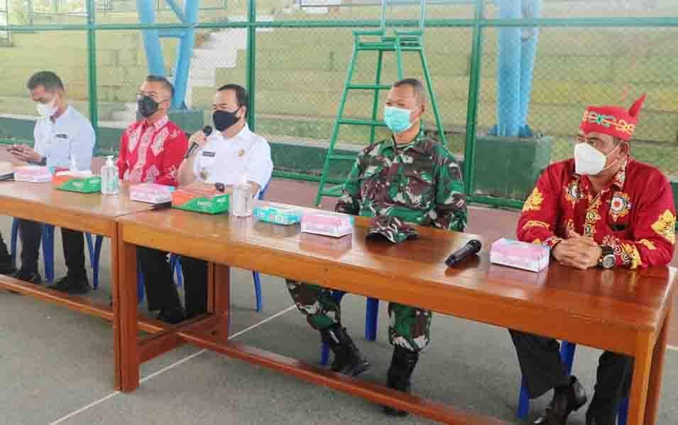Bupati Seruyan, Yulhaidir saat memberikan arahan pada mediasi sengketa tanah adat antara masyarakat dan manajemen PT Hutanindo Lestari Raya Timber.