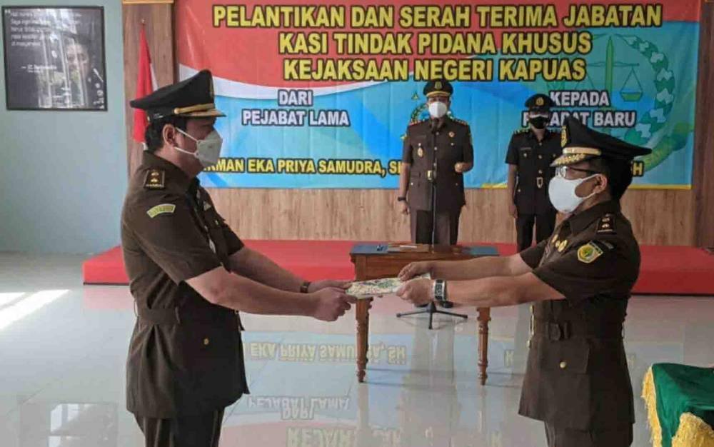 Kajari Kapuas, Arief Raharjo memimpin serah terima jabatan Kasi Pidsus di Aula Kejari setempat, Kamis, 14 Oktober 2021.