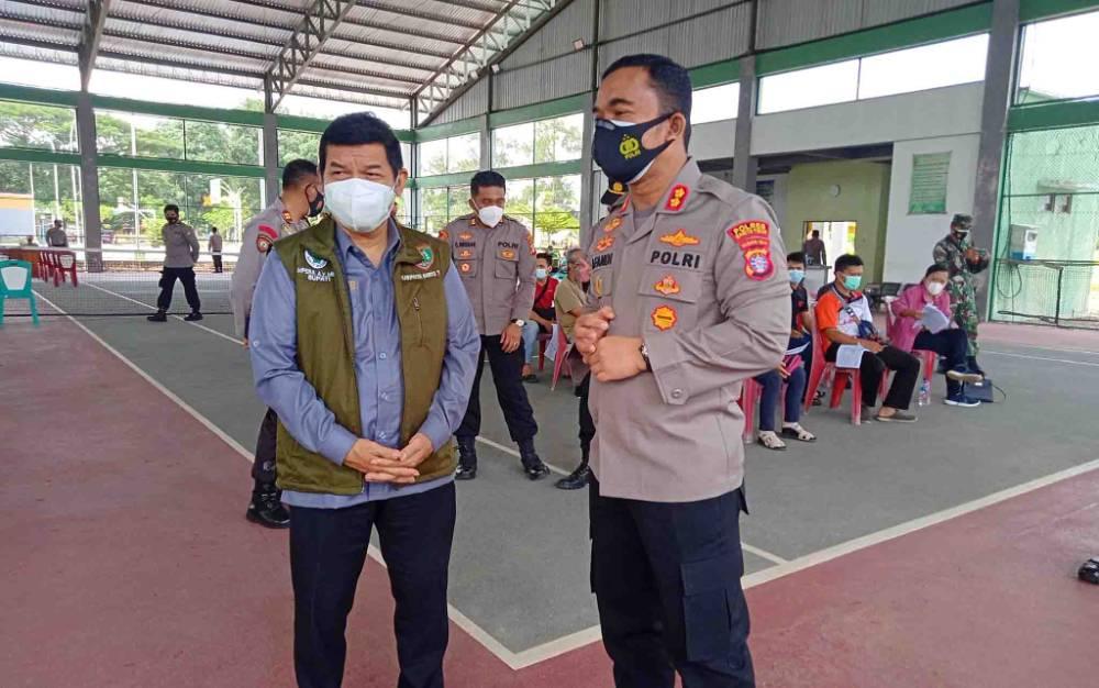 Bupati Barito Timur Ampera AY Mebas dan Kapolres AKBP Afandi Eka Putra saat meninjau kegiatan vaksinasi.