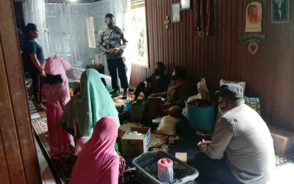 Kapolsek Gunung Timang, Ipda Ade Soemarna saat menyerahkan bantuan kepada keluarga yang sedang berduka, Kamis, 14 Oktober 2011.