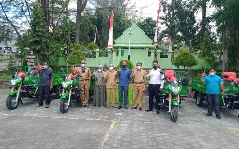 Anggota Komisi IV DPR RI dapil Kalteng, Bambang Purwanto menyerahkan 4 unit kendaraan roda tiga pengangkutan sampah.