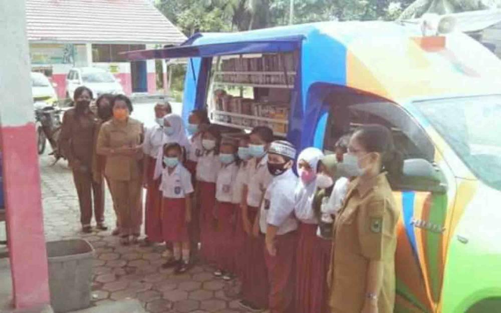 Mobil perpustakaan keliling Disarpustaka Kapuas saat menyambangi SDN 3 Bunga Mawar, Kecamatan Pulau Petak.