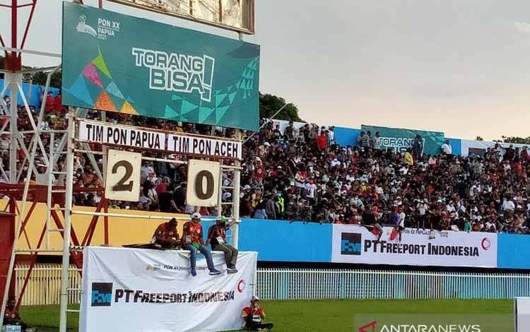 Papan skor di Stadion Mandala, Kota Jayapura, memperlihatkan tim sepak bola putra Papua unggul 2-0 atas Aceh hingga akhir babak pertama final PON Papua, Kamis (14/10/2021)