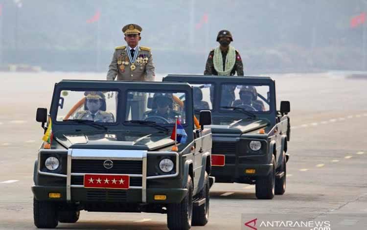 Kepala junta Myanmar Jenderal Senior Min Aung Hlaing, yang menggulingkan pemerintah terpilih dalam kudeta pada 1 Februari, memimpin parade militer pada Hari Angkatan Bersenjata di Naypyitaw, Myanmar, Sabtu (27/3/2021)