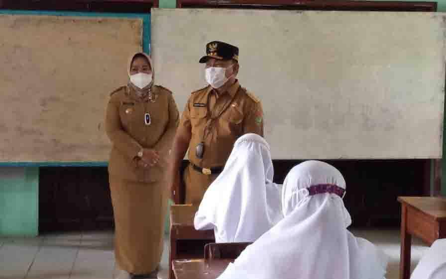 Gubernur Kalteng, Sugianto Sabran dan Bupati Kobar Nurhidayah mengecek pelaksanaan PTM di Kotawaringin Barat, belum lama ini.