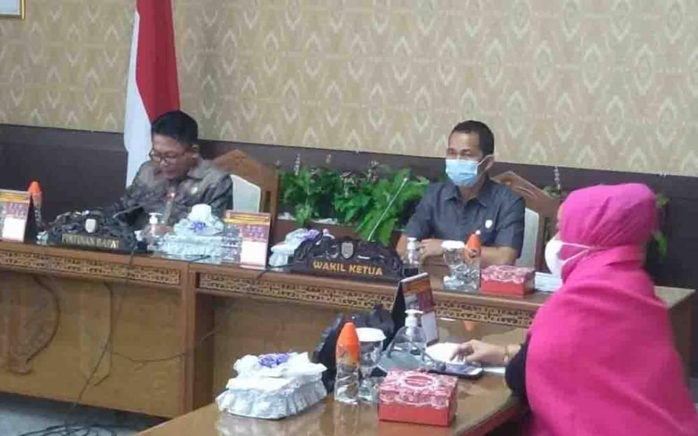 Ketua DPRD Kalteng, Wiyatno bersama dengan unsur pimpinan lainnya saat memimpin rapat paripurna ke 6 masa persidangan III