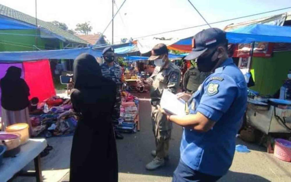 Petugas gabungan saat melaksanakan Operasi Yustisi penegakkan Protokol Kesehatan cegah covid-19 di Kuala Kapuas, beberapa waktu lalu