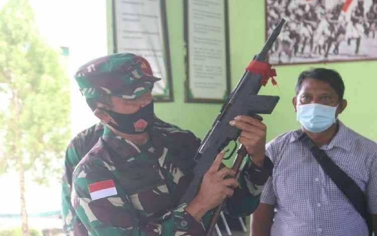 Dandrem 173/PVB Brigjen TNI Iwan Setiawan saat mengecek salah satu senpi rakitan yang diserahkan KSB di Serui