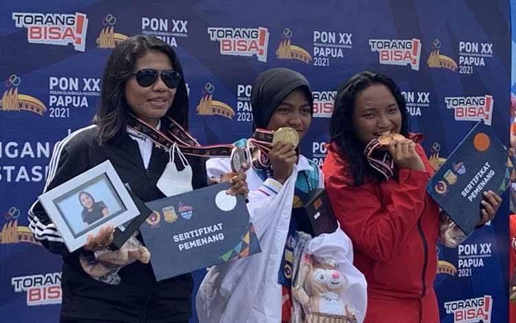 Atlet selam laut Papua Faradihila A. Hehanusa (tengah) berhasil meraih medali emas selam laut nomor orientasi bawah air (OBA) 5 Point Putri di teluk Yos Sudarso Jayapura, Kamis (14/10/2021)