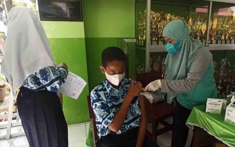 Salah satu pelajar mengikuti vaksinasi covid-19 di Sampit.