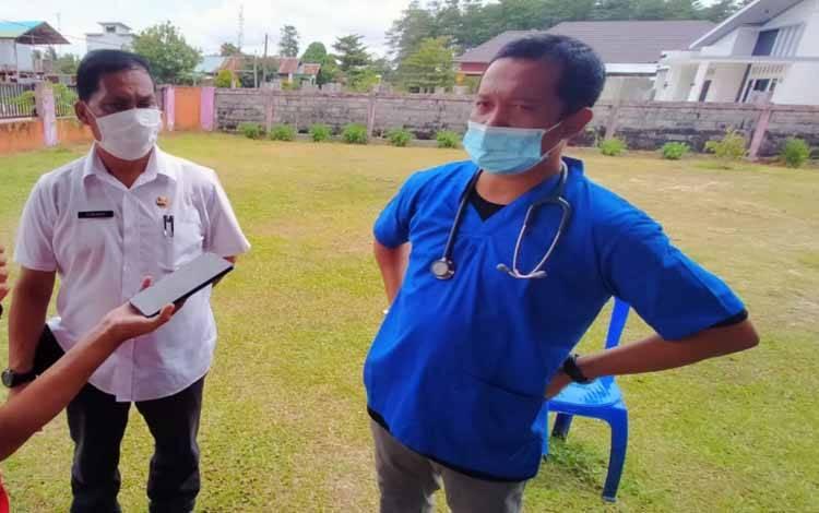 Kepala UPTD Pusat Kesehatan Hewan atau Puskeswan Kota Palangka Raya, drh Eko Hari Yuwono (baju biru)