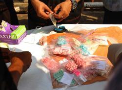 ILUSTRASI: Aparat memusnahkan barang bukti narkoba. Kepala Badan Narkotika Kabupaten Pulang Pisau Pudjitustaty, prihatin dengan maraknya peredaran narkoba sampai ke pelosok. ISTIMEWA