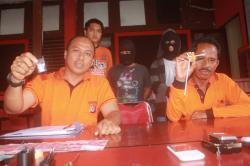 Direktur Reserse Narkoba Kepolisian Daerah Kalimantan Tengah Kombes Pol Akhmad Shaury (kanan) menunjukkan barang bukti sabu yang diamankan dari sejumlah tersangka pengedar. DOK BORNEONEWS