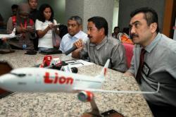 BERI KETERANGAN: Direktur Umum Lion Air Edward Sirait (kedua kanan) memberikan keterangan terkait delay panjang penerbangan maskapainya di Kantor Pusat Lion Air, Jakarta, Senin (23/2). Kini izin rute Lion Air Yogyakarta-Palangka Raya pun dicabut oleh Kementerian Perhubungan.