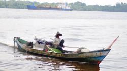 IZIN USAHA PERIKANAN : Nelayan saat beraktivitas di perairan Kotawaringin Barat (Kobar), belum lama ini. Mayoritas nelayan di Kobar belum mengantongi Surat Izin Usaha Perikanan Tangkap (SIUP).