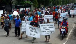 DEMO NELAYAN: Ribuan nelayan dari Jawa Barat dan Jawa Tengah berkumpul di depan gedung Kementerian dan Perikanan (KKP) di Jakarta untuk menyuarakan tuntutan pencabutan Peraturan Menteri (Permen) Nomor 2 Tahun 2015 tentang Penggunaan Alat Tangkap jenis Trawl, kemarin.