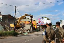 DIGUSUR : Pembebasan lahan di Jalan Veteran yang dilakukan Pemerintah Kota Banjarmasin pada akhir Januari lalu menyimpan berbagai permasalahan hukum. Sejumlah warga yang digusur tidak terima dan melayangkan gugatan ke Pengadilan, Polresta, dan Polda Kalsel.