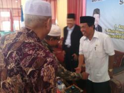 MENYALAMI : Calon Gubernur Kalsel, Adriansyah dan calon Bupati Banjar, Fauzan Saleh menyalami para tokoh yang hadir dalam acara sarahsehan dan dialog kembangsaan yang digelar KNPI Kabupaten Banjar, Kamis (26/2)