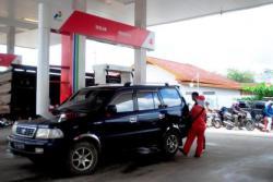 ISI MINYAK : Sebuah mobil tengah mengisi minyak di SPBU di Sampit. Saat ini, di tengah aparat tidak gencar lagi melakukan razia, aksi pelangsiran skala besar-besaran di Kotim ditengarai makin marak terjadi.