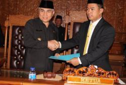 Isran Noor (kiri) menyerahkan surat pengunduran diri ke ketua DPRD setempat. (foto: metro tv)