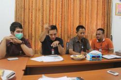 BERI KETERANGAN : Komisioner Ombudsman Republik Indonesia Perwakilan Kalimantan Tengah memberikan keterangan kepada media soal hasil survei mereka yang dilakukan di Kabupaten Kapuas, Jumat (27/2)