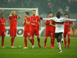 KECEWA: Pemain Liverpool tidak bisa menutupi kekecewaan mereka setelah gagal melaju ke babak16 besar Liga Europa setelah disingkirkan Besiktas lewat drama adu penalti (skor 5-4), Jumat (27/2).