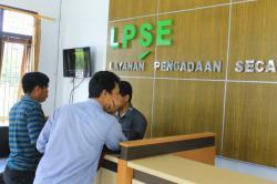 SELALU STANDBY : Pegawai LPSE Kabupaten Lamandau selalu standby untuk meng-upde informasi, khususnya soal proses lelang proyek fisik yang dilakukan pemerintah, Jumat (27/2)