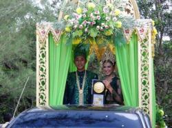 ADIPURA : Putra Putri Pariwisata Kobar saat mengarak Piala Adipura beberapa waktu lalu. Tahun ini, Kobar meraih poin tertinggi penilaian Adipura untuk regional Kalteng dan peringkat kedua untuk regional Kalimantan.