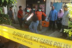 EVAKUASI: Aparat kepolisian baik dari Polres Palangka Raya maupun Polsek Pahandut bersama anggota Brigade Rescue mengevakuasi jasad Bibit Winardi, Jumat (27/2).