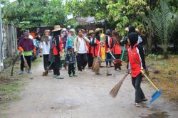 TIM PEMBURU SAMPAH : Anggota Tim Pemburu Sampah Baamang, yang terdiri dari para ibu rumah tangga, mereka itu bekerja tanpa mengharapkan imbalan apapun dari pemerintah. Hanya kesadaran mereka yang mencintai lingkungan bersihlah yang mendorongnya.
