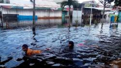 BANJIR: Dua bocah berenang di genang banjir yang melanda permukiman penduduk, beberapa waktu lalu. Pascamusibah banjir warga Kabupaten Tabalong diminta mewaspadai ancaman tanah longsor.