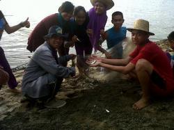 BANJIR SELUANG : Warga Kota Muara Teweh, Kabupaten Barito Utara saat menjaring ikan seluang di Sungai Barito, Minggu (1/3). Pascabanjir, Sungai Barito banjir ikan seluang.