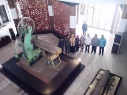 BERKUNJUNG KE MUSEUM KAYU: Angggota Komisi C DPRD Kalteng saat berkunjung ke Museum Kayu Sampit, Kamis (26/2) lalu. Museum tersebut menurut Ketua Komisi C Syamsul Hadi, masuk sebagai destinasi wisata Kalteng.