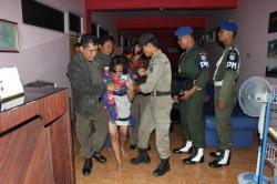 MENGAMANKAN PEREMPUAN: Seorang perempuan mengenakan pakaian minim dan masih mengenakan selimut ketika diamankan Satpol PP dan Polisi Militer dari sebuah hotel, dalam operasi penyakit masyarakat (pekat) yang digelar di Sampit, Sabtu (28/2) lalu.