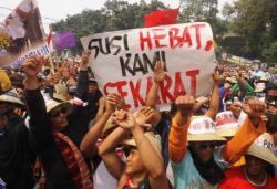 DEMO NELAYAN: Ribuan nelayan demonstrasi di depan Kementrian Kelautan dan Perikanan di Jakarta, Kamis (26/2). Mereka menentang Peraturan Menteri (Permen) tentang larangan penggunaan cantrang atau jenis trawl yang telah dimodifikasi untuk menangkap ikan.