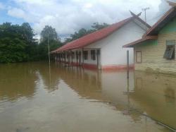 TERRENDAM BANJIR : Kondisi salah satu sekolah di Kecamatan Dadahup yang terendam banjir. BPBD Kapuas menyalurkan 50 ton beras bantuan untuk warga korban banjir.