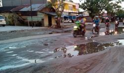 RUSAK : Seorang pengendara melintasi Jalan Rajawali yang kondisinya rusak. Padahal sebagian jalan ini sudah diperbaiki, namun rusak lagi, karena diduga pengerjaannya dilakukan asal-asalan.