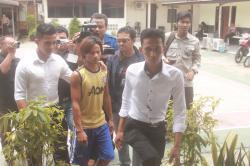 DIGIRING PETUGAS: Harno (tengah) tersangka pencabulan pelajar SMP, digiring petugas Kepolisian Resor Palangka Raya untuk menjalani pemeriksaan, Senin (2/3).