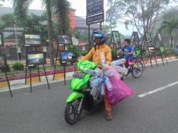 TEROBOS JALAN: Seorang pengendara nekad menerobos Jalan Sutan Syahrir, Pangkalan Bun yang digunakan untuk car free day (CFD) pada Minggu (1/3).